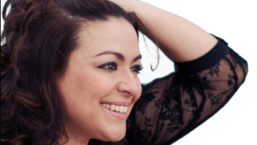 La canaria Patricia Muñoz interpreta 'Con M de mujer' en el Parque Doramas