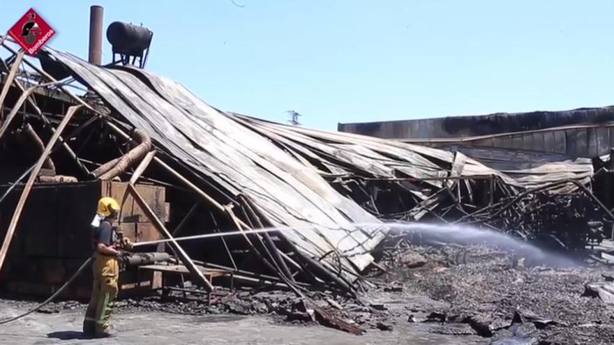 Dan por extinguido el incendio de la fábrica de San Vicente