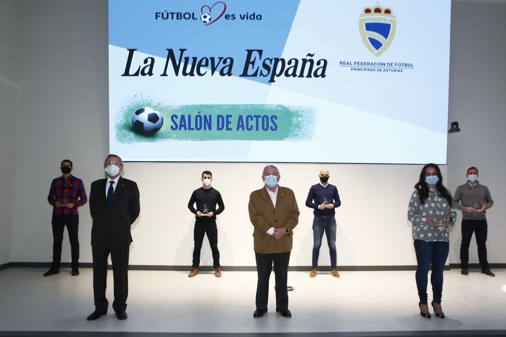 En primera fila, de izquierda a derecha, el presidente del Comit� T�cnico de �rbritros, Jos� Manuel Su�rez, el presidente de la Federaci�n Asturiana de F�tbol, Maximino Mart�nez, y Eliana Fern.jpg
