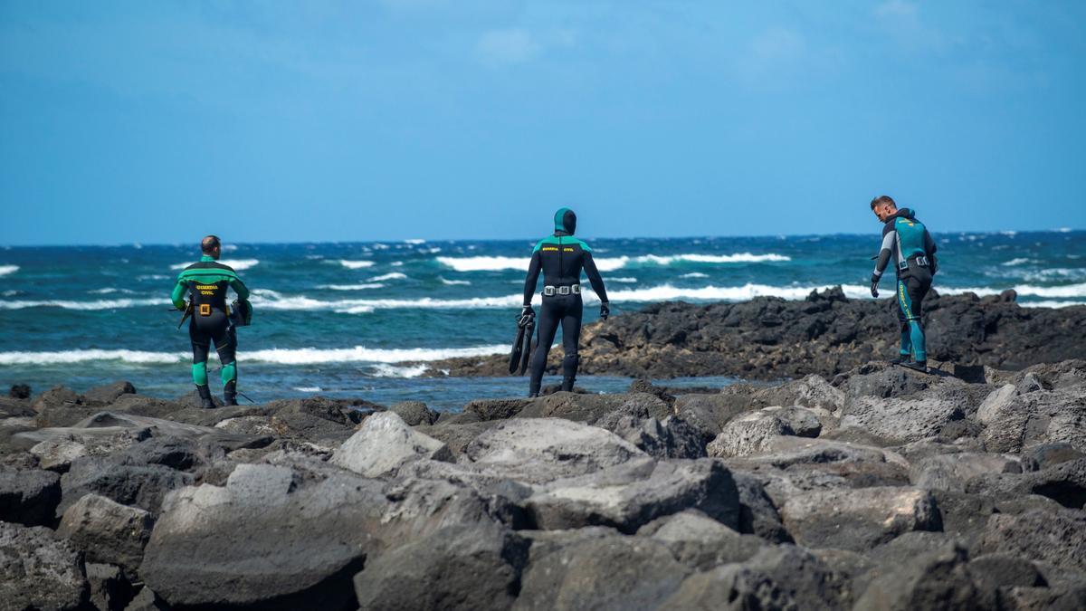 Búsqueda del inmigrante desaparecido en el naufragio de una lancha neumática en Lanzarote.
