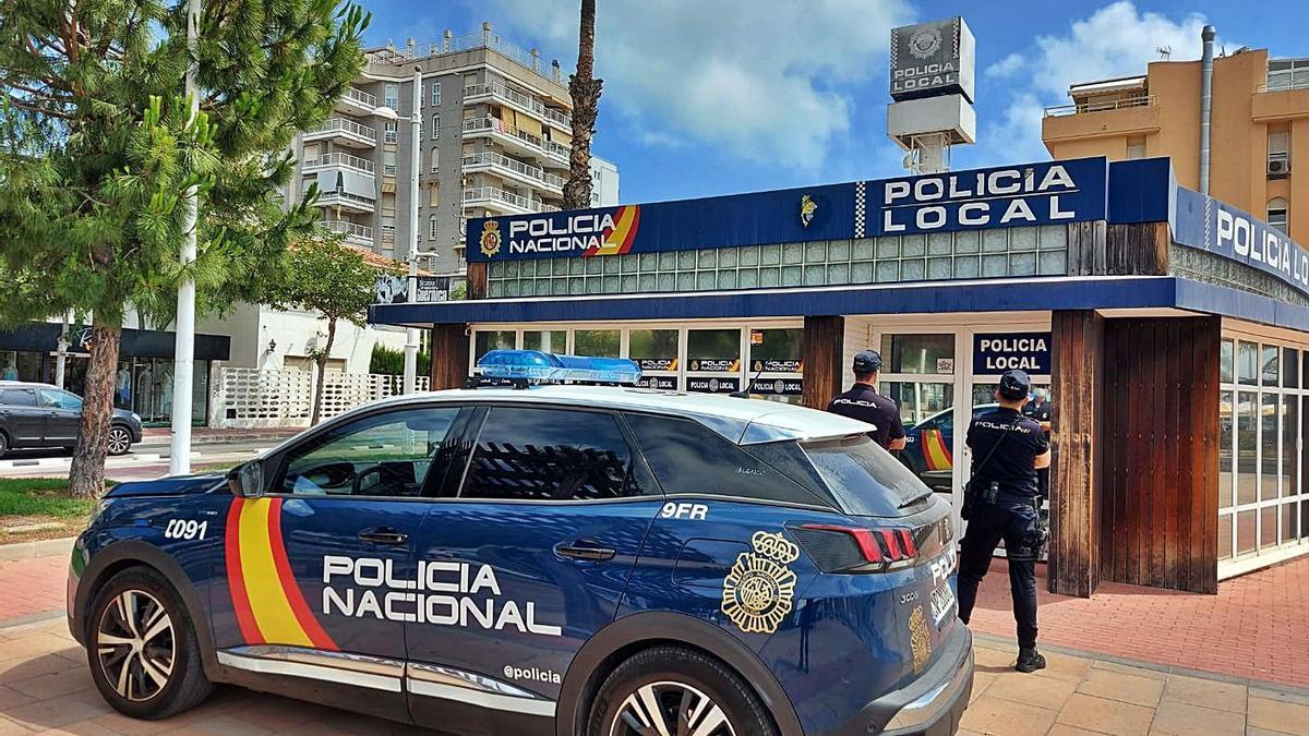 Agentes de la Policía Nacional frente al retén de la playa.   LEVANTE-EMV