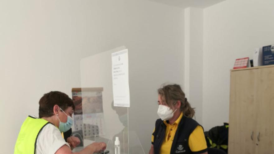La oficina de Correos de Benajarafe se digitaliza para acceder a todos los servicios de una manera más eficiente
