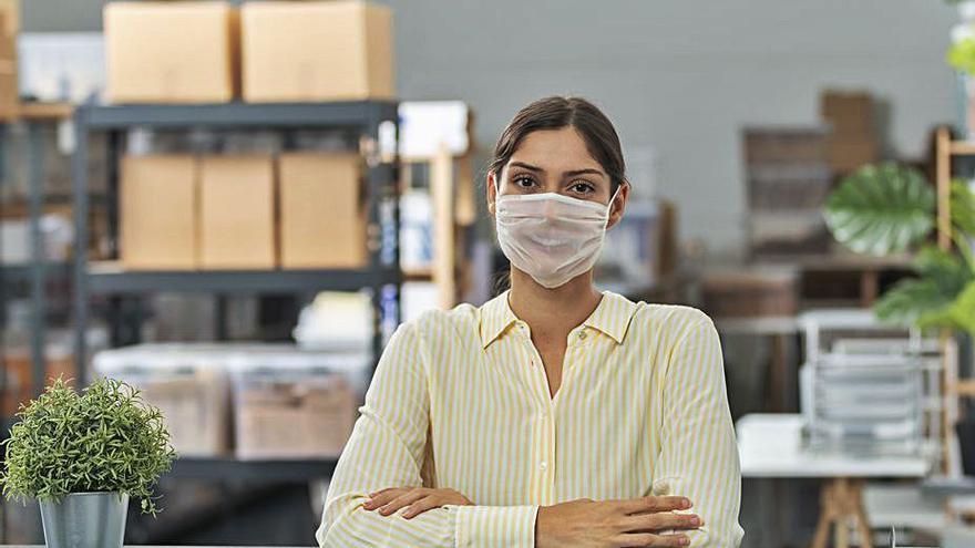 Una empresa canaria vende mascarillas higiénicas hechas con tejido transparente
