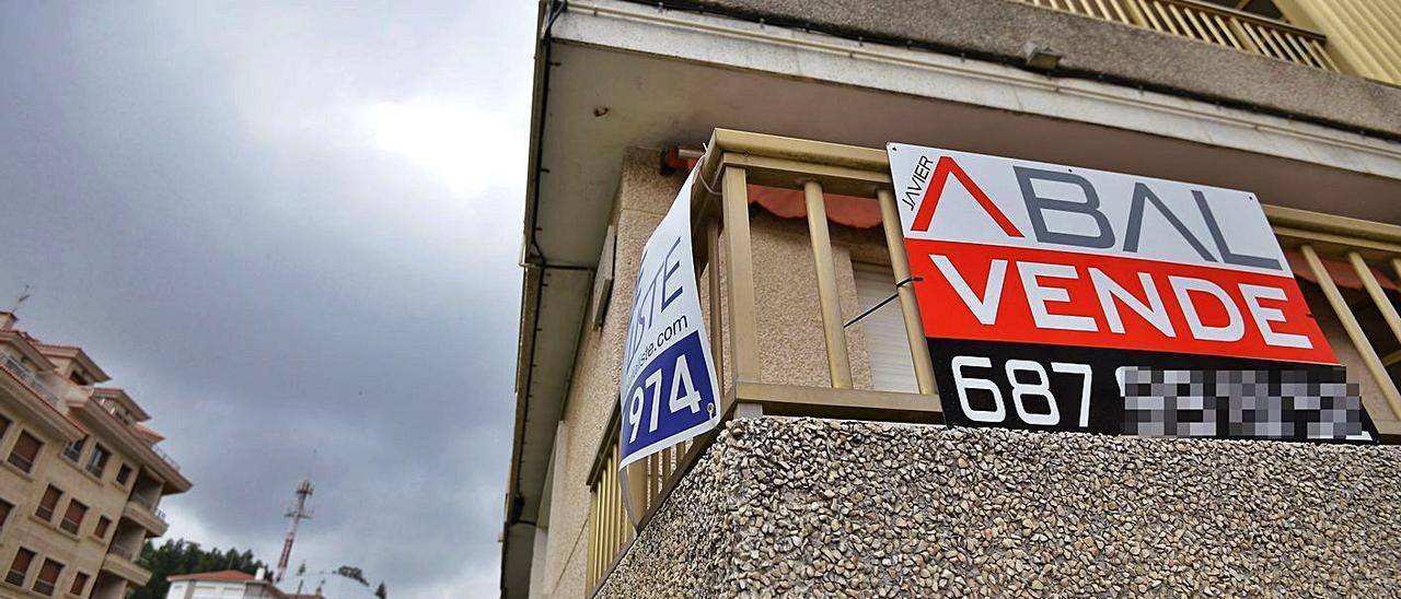 Uno de los carteles que anuncian pisos en venta en Sanxenxo. |   // GUSTAVO SANTOS