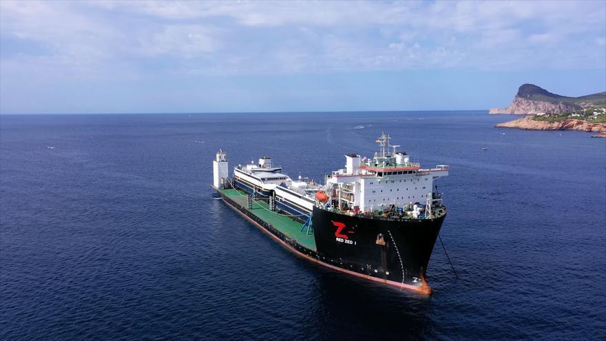 El carguero 'Red Zed 1' llegando a Ibiza desde Alaska con dos ferris adquiridos por Trasmapi