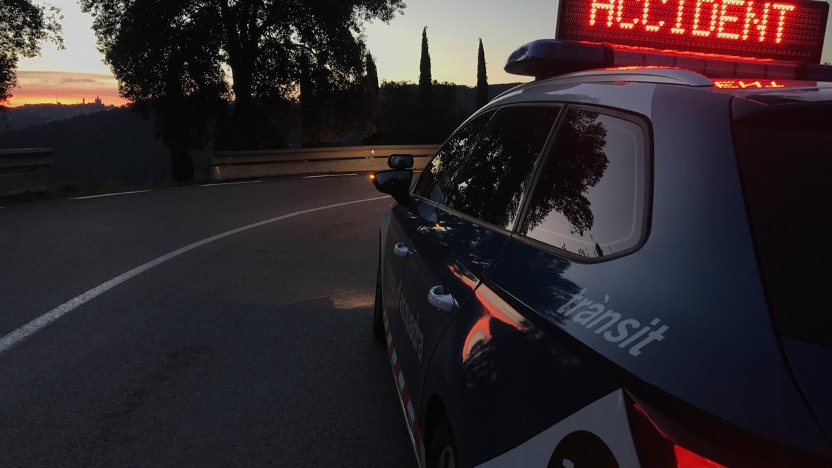 Senyalització d'un accident de trànsit per part dels Mossos, imatge d'arxiu