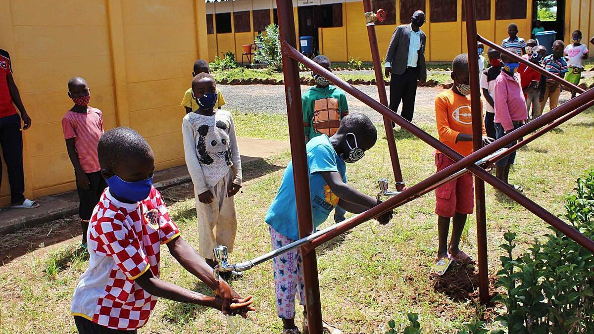 Tallers d'higiene de Farmamundi a una escola de Moçambic. | NOMBRE FEQWIEOTÓGRAFO