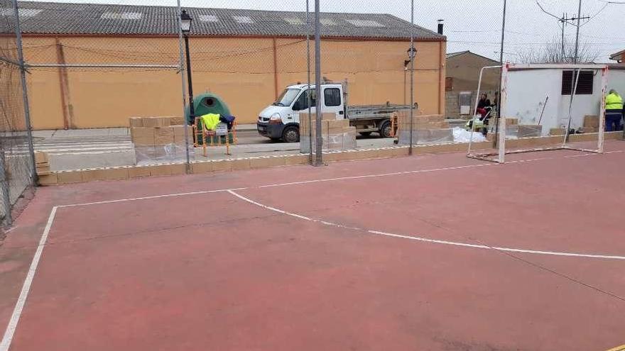 Operarios municipales se disponen a iniciar los trabajos de colocación del zócalo en la pista.