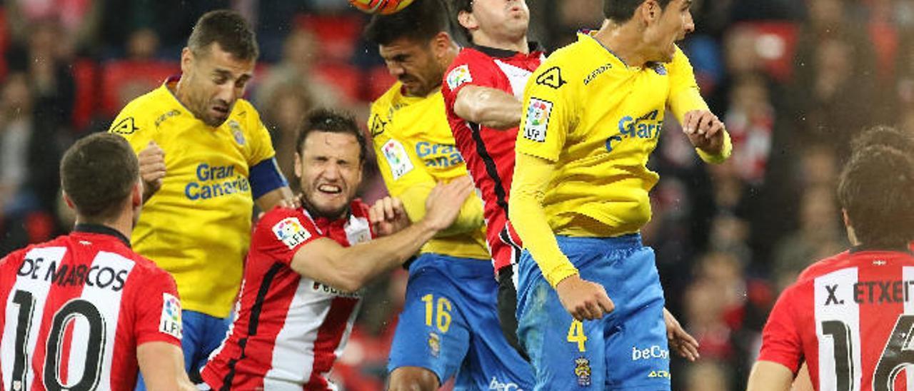 Aythami Artiles gana un duelo aéreo entre David García y Vicente y los jugadores rivales De Marcos, Gurpegi y San José.