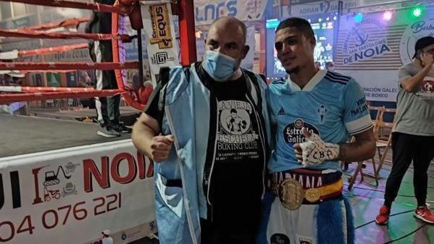 Jiménez y Suero, con elcinturón de campeón,en el pabellón de Noia.