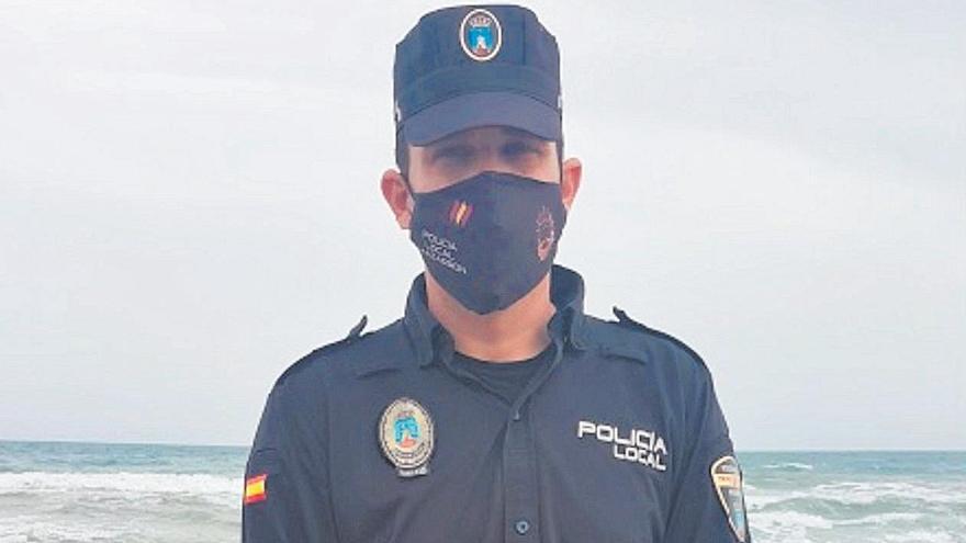 El policía local Andrés Fernández, en la playa donde rescató al inmigrante