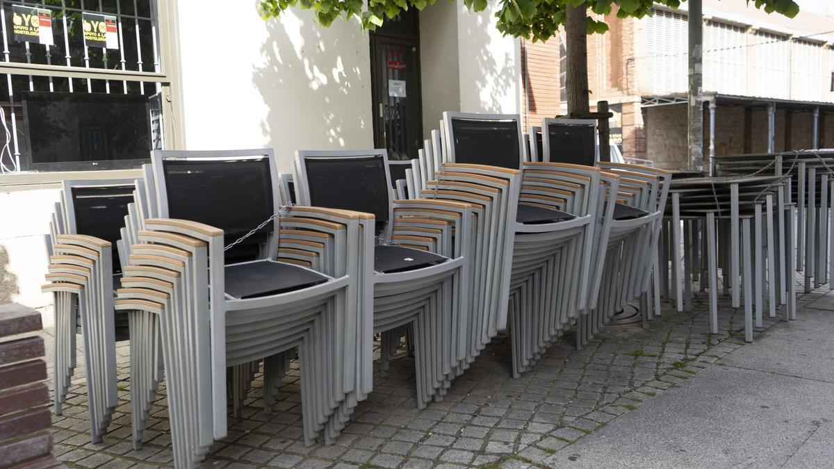Sillas de terraza apiladas en un bar de Zamora.
