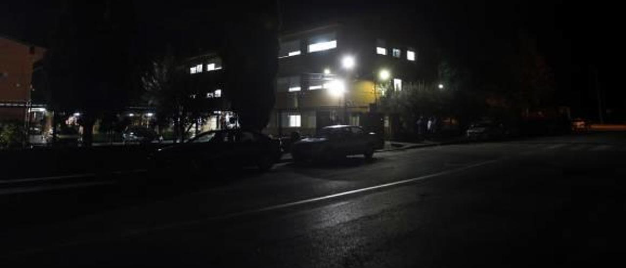 La falta de luz en los accesos al instituto Luis Suñer provoca temor y heridos