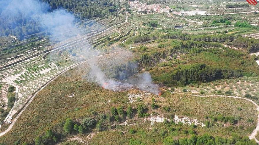 Bomberos trabajan para extinguir un incendio forestal en Beniatjar