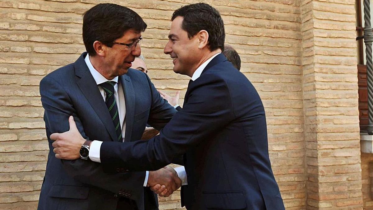 Juan Marín y Juanma Moreno se saludan antes de la celebración de un Consejo de Gobierno.
