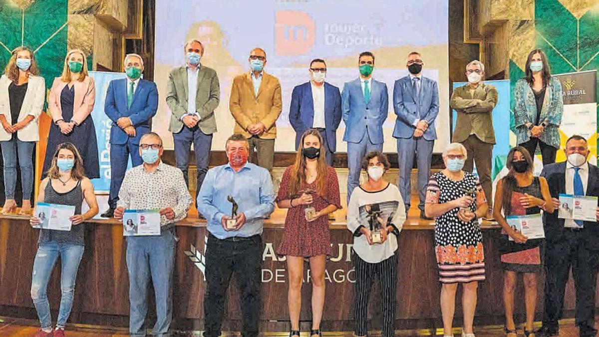 Las premiadas de la segunda edición con las autoridades que asistieron a la gala.