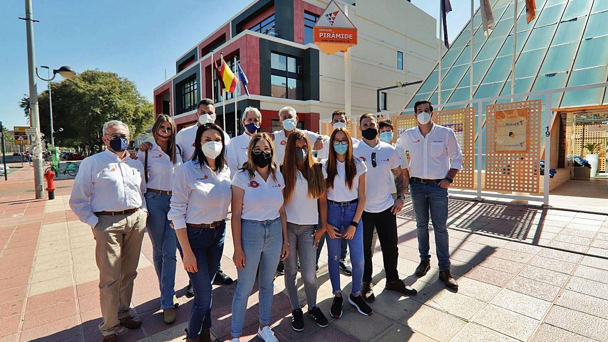 El equipo comercial de Siglo Solar frente a las oficinas de la Avenida Juan Carlos I, en Murcia, y Alfonso Gil Mira, gerente de Siglo Solar. | JUAN CARLOS CAVAL