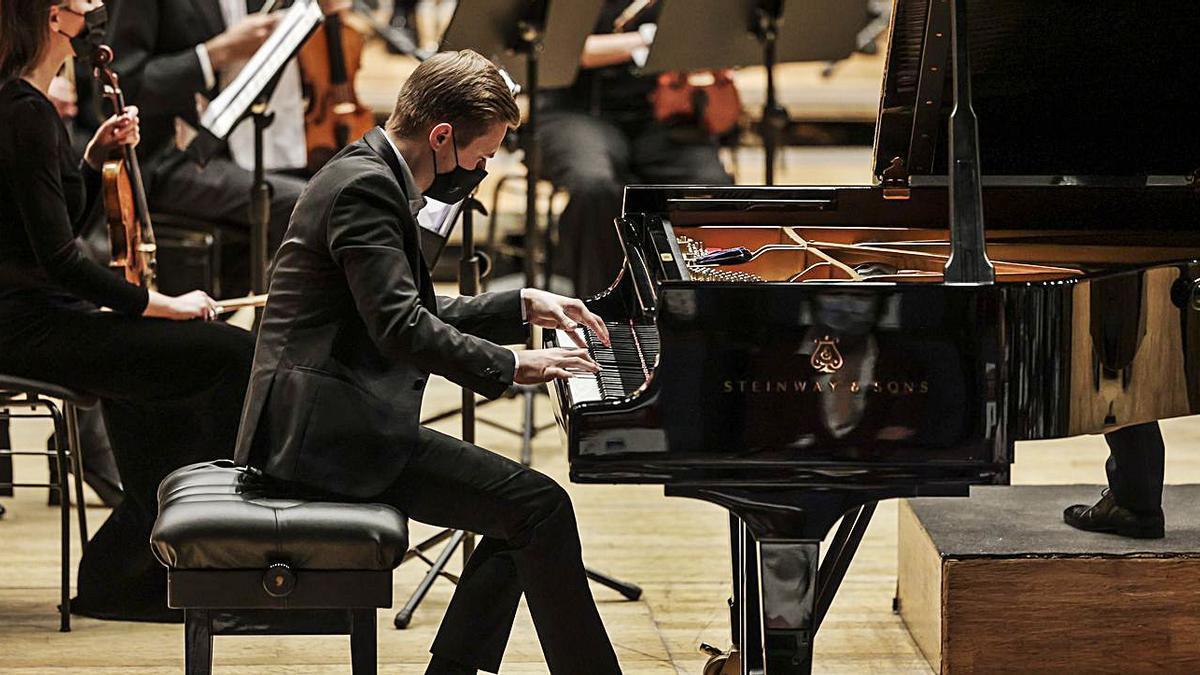 Dmytro Choni, ayer, al piano, en el auditorio Príncipe Felipe.   Irma Collín