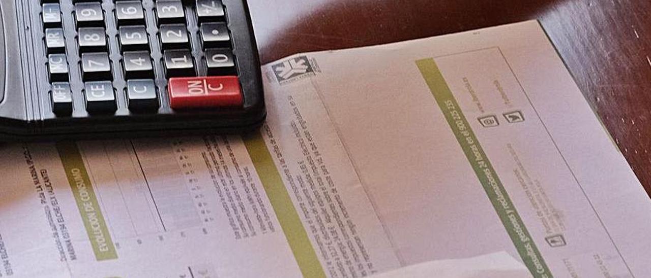 Un abonado enfrentándose al reto de entender la factura. | ÁXEL ÁLVAREZ