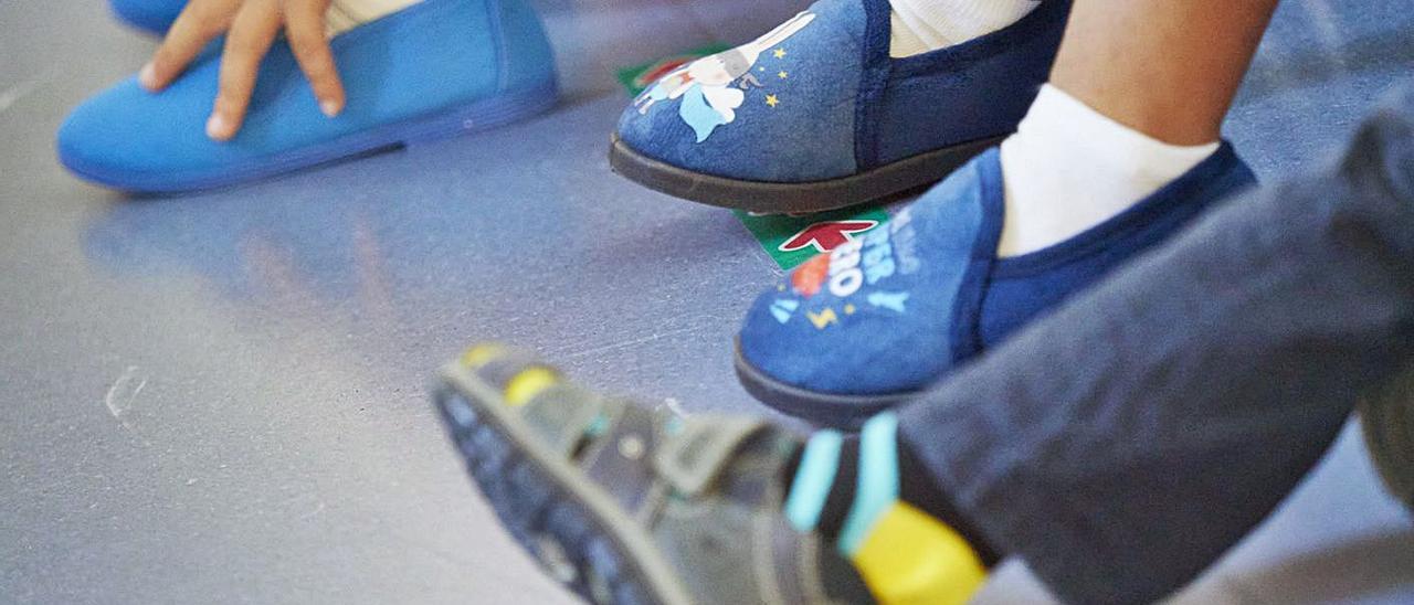 Detalle de los zapatos de niños y niñas de Educación Infantil, en un centro.