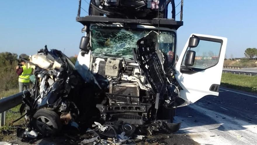 Un mort i tres ferits lleus en un accident de trànsit múltiple a Alcarràs