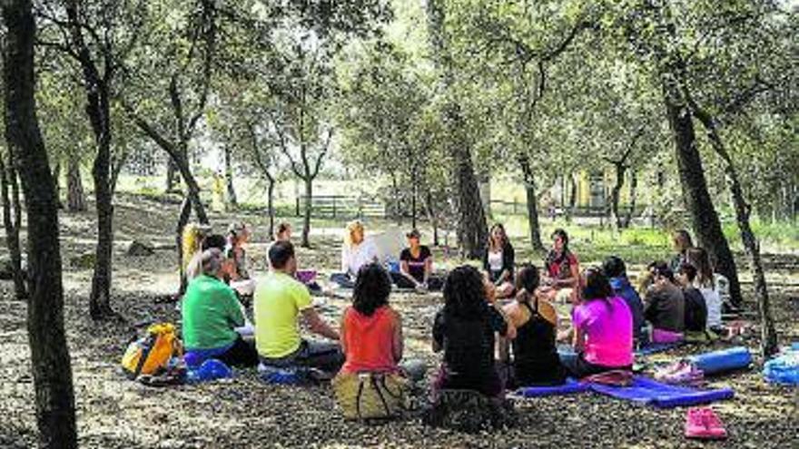 Dues-centes persones assisteixen a l'Aloha Fest, el primer festival de ioga de la Catalunya Central