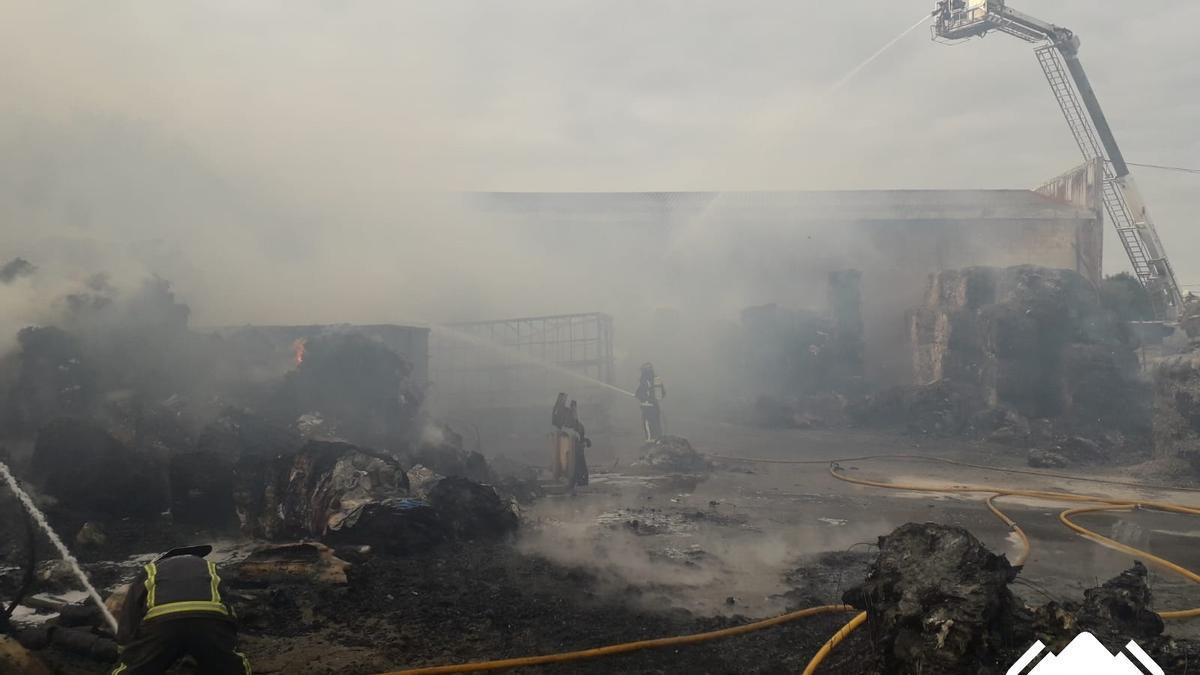 Alarma por un gran incendio en una nave de reciclaje en Llanera