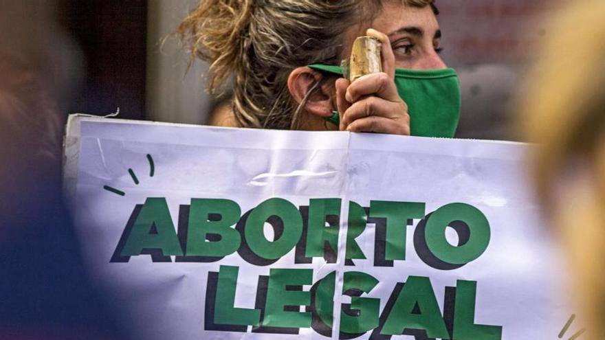 Verdes y celestes vuelven a las calles argentinas al debatirse ley del aborto