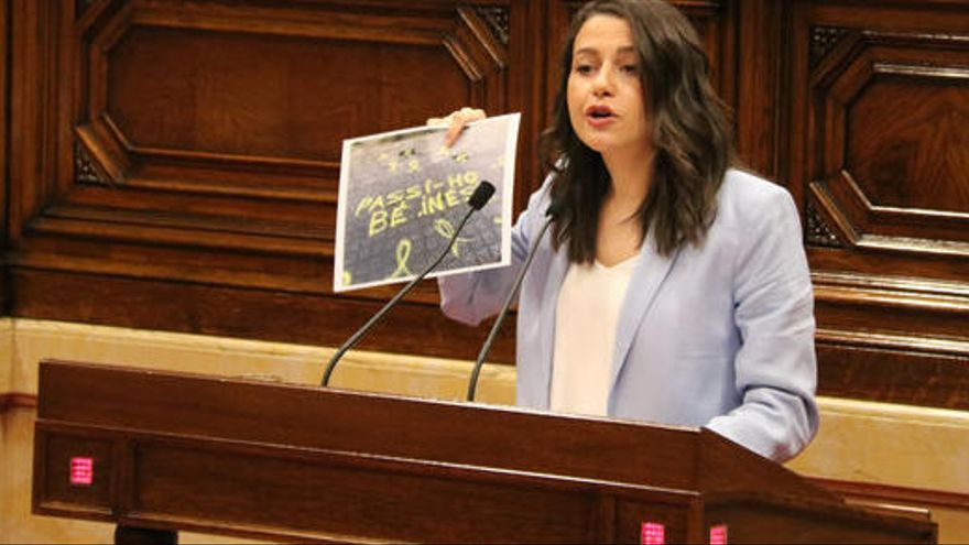 Arrimadas diu adéu al Parlament exhibint el cartell d'una pintada al carrer de casa seva