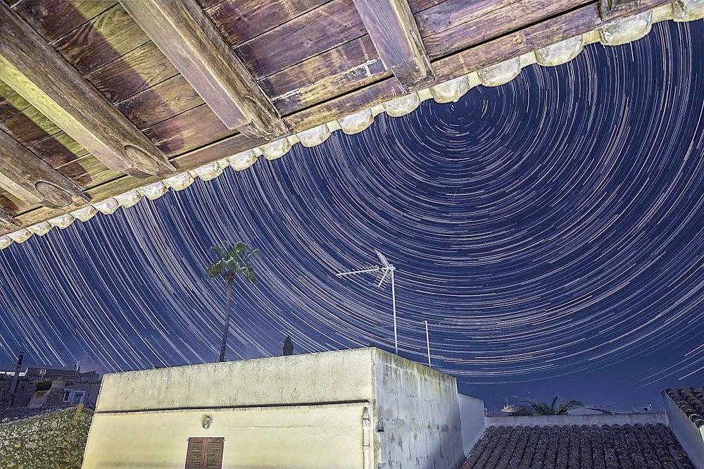 Beeindruckende Langzeitaufnahme des Sternenhimmels.
