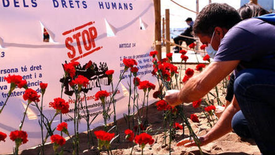 Stop Mare Mortum planta clavells a la Barceloneta per denunciar els milers de morts al mar en el 2020