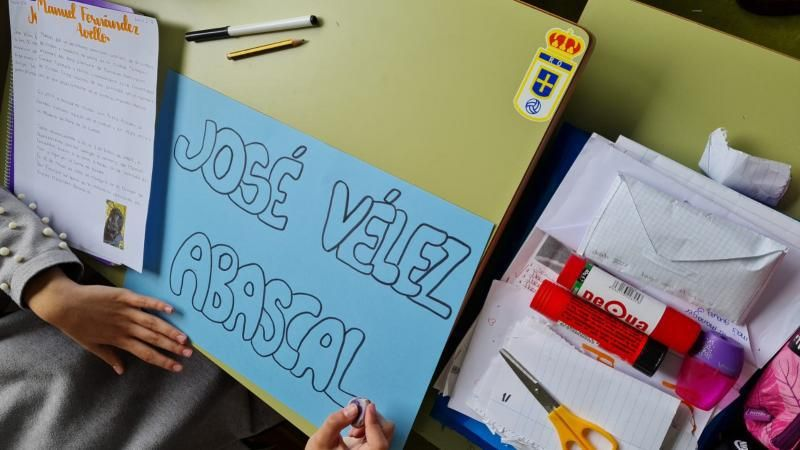 Una alumna prepara un cartel sobre Vélez.
