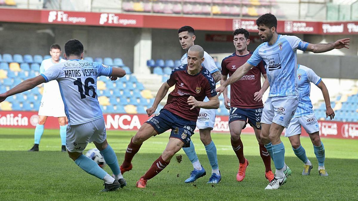 Vesprini y Rufo, en pugna por la pelota ayer en Pasarón.    // RAFA VÁZQUEZ