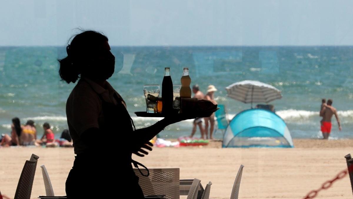 Distancia en las playas de València y mascarillas en el interior de los restaurantes del litoral.