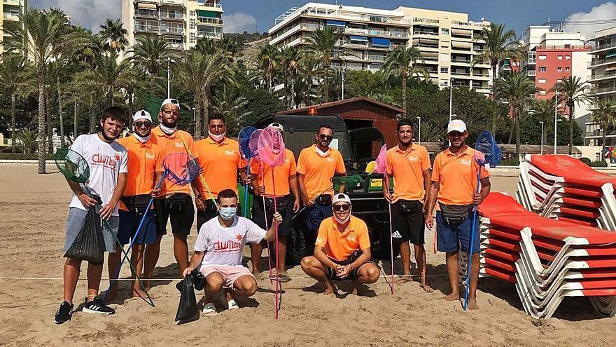 Retiran 700 colillas de la playa de Cullera en una hora pese a la prohibición de fumar