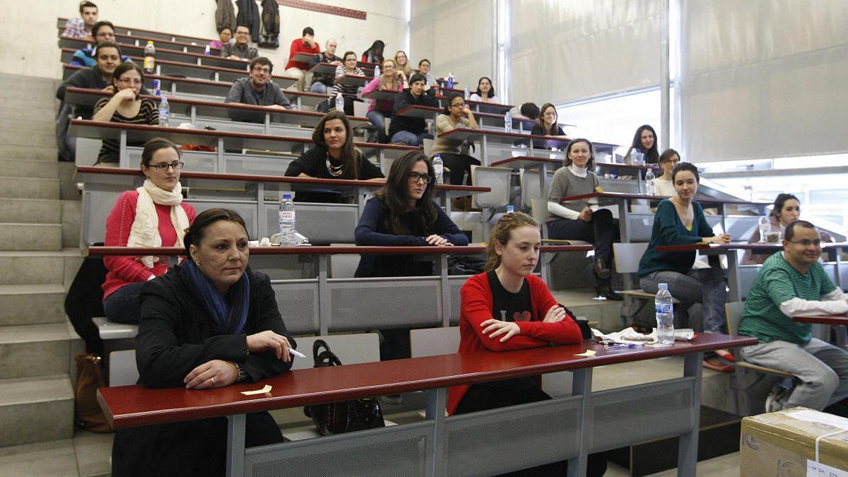 Aspirantes a una plaza de especialista antes del examen MIR en Murcia.JUAN CABALLERO