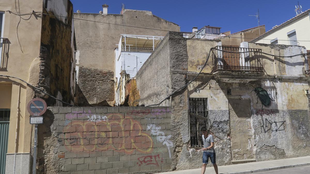 Un peatón en la calle Margallo.
