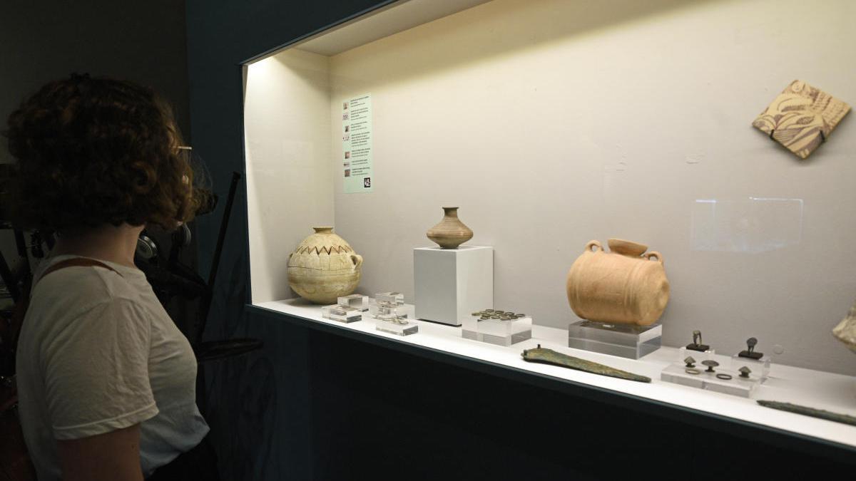 Una persona mira algunas de las piezas que forman parte de la muestra.