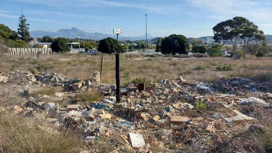 El PSOE de Alicante acusa a Barcala de no hacer nada para impedir el vertido ilegal de escombros
