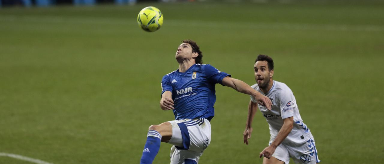 Blanco Leschuk., del Oviedo, trata de hacerse con el balón ante Carlos Ruiz, del Tenerife
