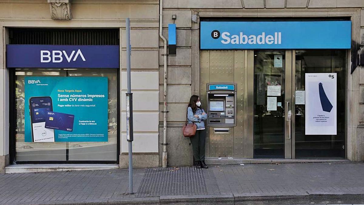 Dos oficinas de BBVA y Sabadell en una misma calle. |   // FERRÁN NADEU