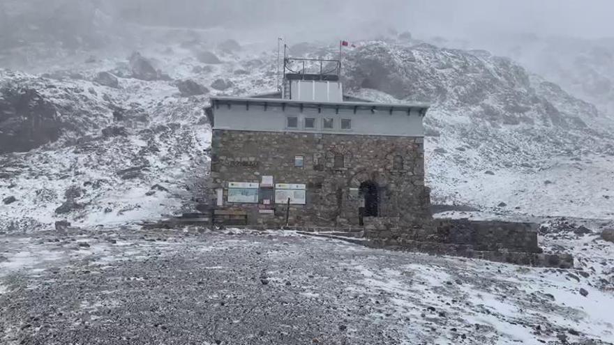La ventisca y la nieve llegan a los refugios de Picos