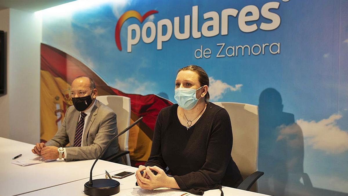 Isabel Blanco y José María Barrios, ayer en la sede popular de Víctor Gallego. | Emilio Fraile
