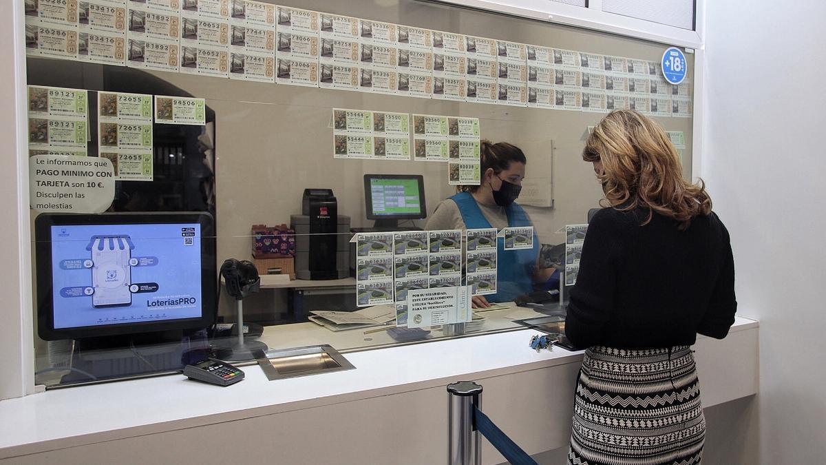 Una clienta en una administración de Lotería de Santa Cruz de Tenerife.