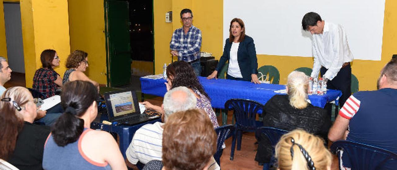Carmen Hernández, con personal de Fomentas, explica a los vecinos la rehabilitación de Jinámar.