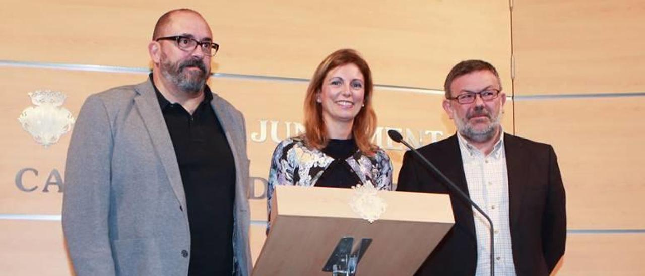 De izquierda a derecha, Enric Nomdedéu, Amparo Marco y Toni Lorenzo, ayer en el consistorio municipal.