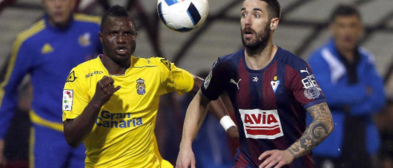El centrocampista ghanés de la UD Wakaso mira el balón, ante Lillo (16), en la ida de los octavos de final de la Copa.
