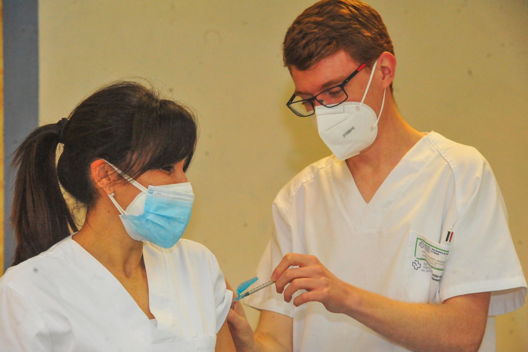 El personal del centro de salud de Vilagarcía recibe la segunda dosis de la vacuna contra el COVID