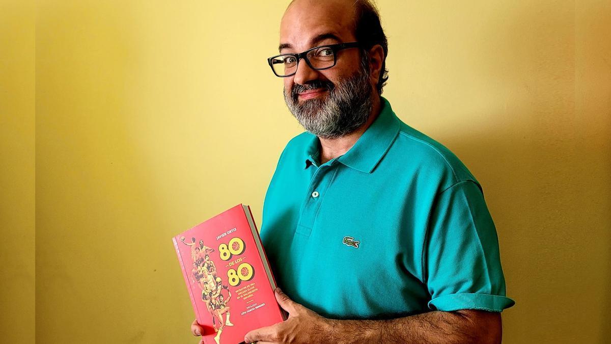 Javier Ortiz, con un ejemplar de '80 de los 80'.