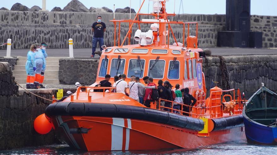 Gran Canaria y Lanzarote reciben este martes 385 migrantes y un fallecido de doce pateras